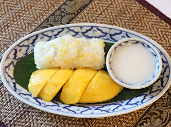 Sticky rice with coconut milk and mango
